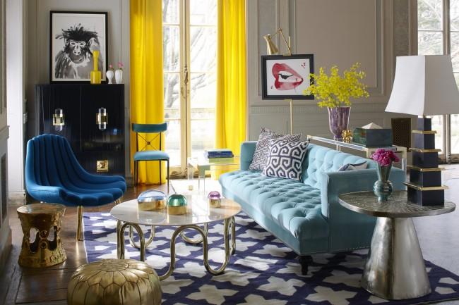 Combinaison contrastée de rideaux jaunes et intérieur aux couleurs pastel