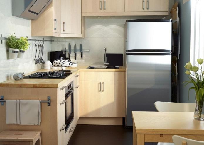 réfrigérateur dans la cuisine d'une superficie de 5 m²