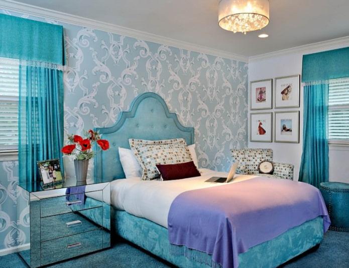 rideaux bleus et papier peint dans la chambre