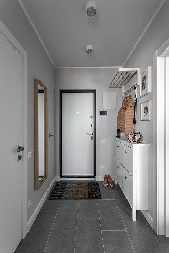 armoire étroite dans le couloir