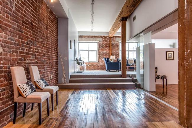 Hall d'entrée de style loft - un hall spacieux et un minimum de détails