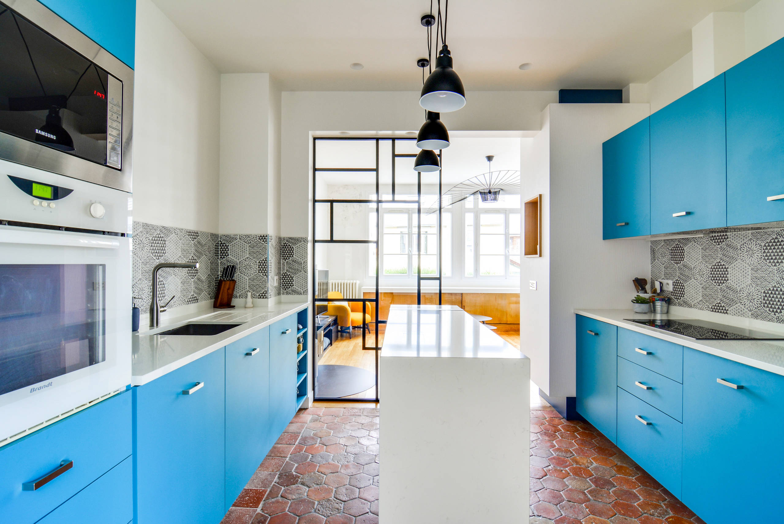 La cuisine est d'une agréable couleur bleu pâle