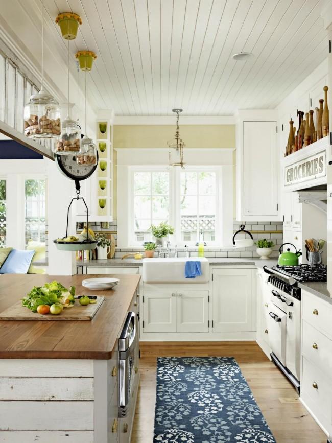 Le plafond peut également être fini avec des clins en bois