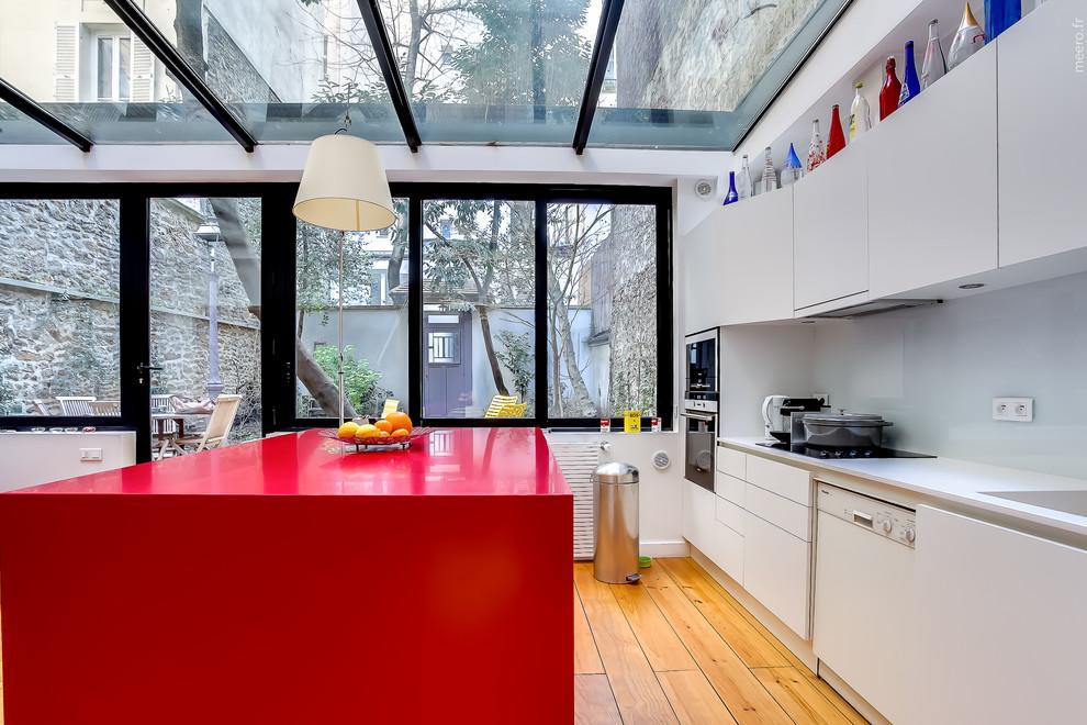 La combinaison parfaite de rouge et de blanc à l'intérieur de la cuisine