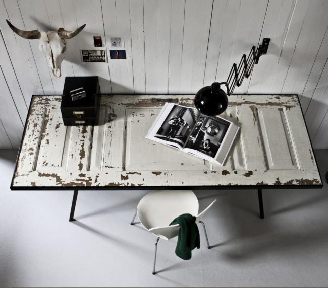 Déco de porte DIY : une table créée à partir d'une vieille porte sera une déco adaptée pour un intérieur scandinave