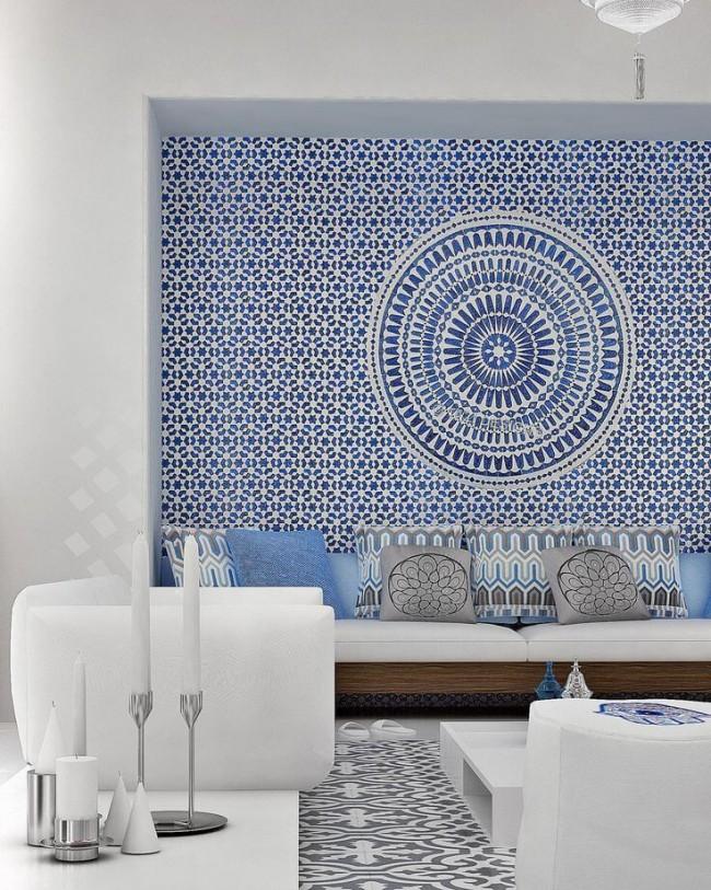 Mur d'ornement accrocheur dans des tons bleus - un point culminant pour un salon lumineux