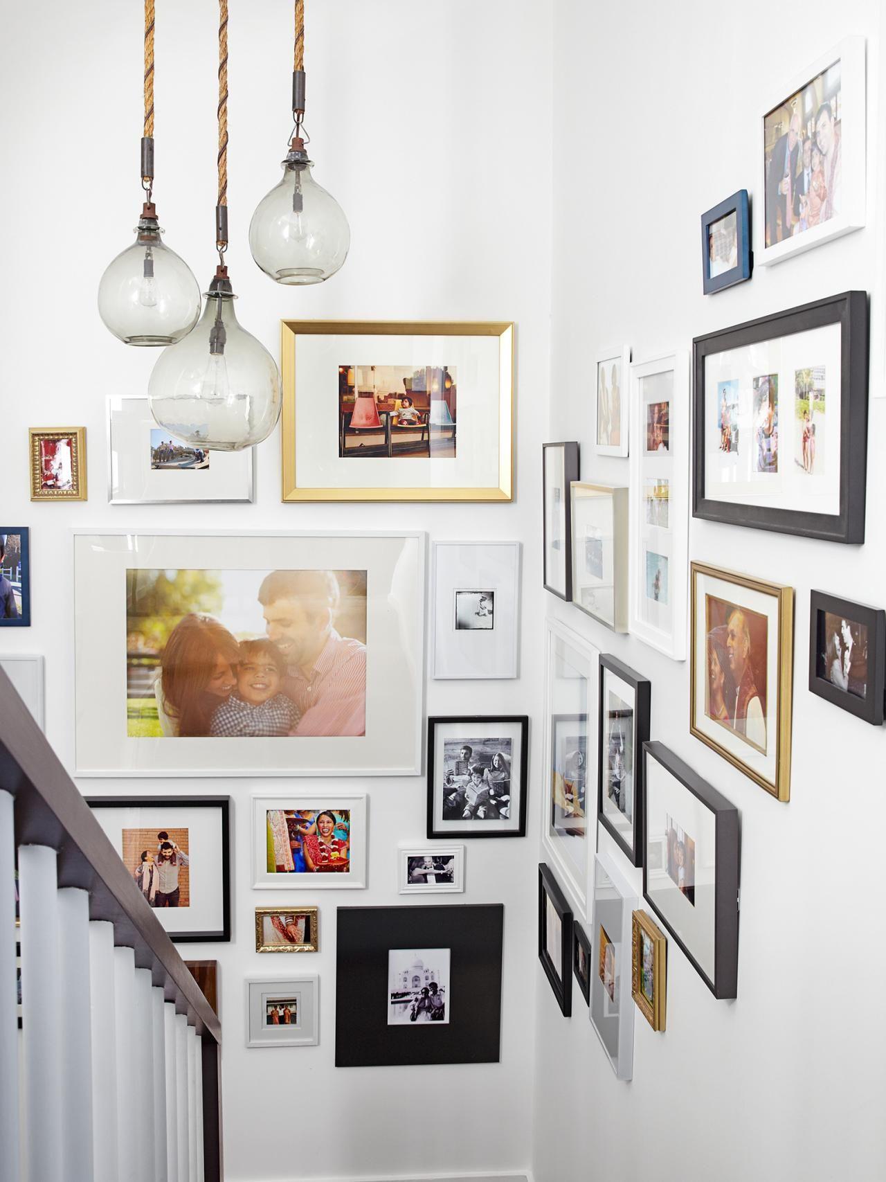 Des cadres de différentes tailles décorent une volée d'escaliers