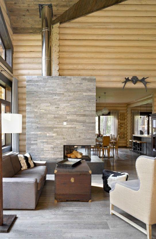 Le blockhaus donne l'impression que la maison est en bois massif.  Par conséquent, il est extrêmement important de choisir des teintes neutres de meubles pour l'intérieur et d'utiliser du bois pour le plafond et le sol, vous pouvez même utiliser d'autres teintes.