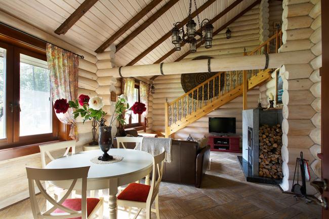 La décoration murale en bois rend la maison particulièrement confortable et chaleureuse