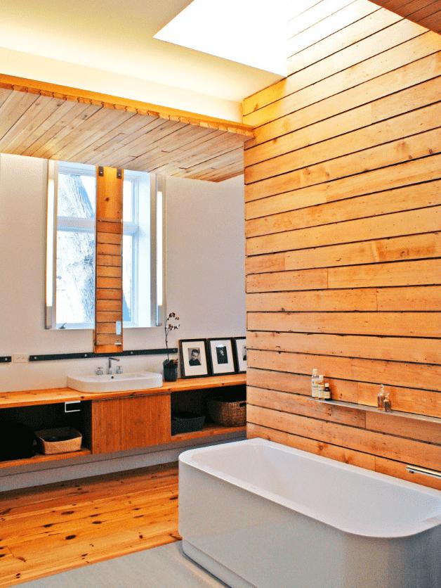 doublure sur le mur à l'intérieur de la salle de bain