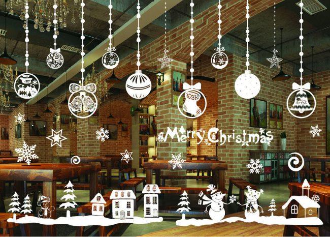 Pour décorer les fenêtres du Nouvel An, il est préférable d'utiliser des décorations de Noël non achetées, mais faites à la main