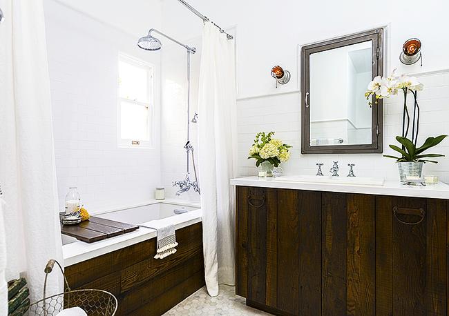 Pare-baignoire en bois à l'intérieur d'une petite salle de bain de style rustique