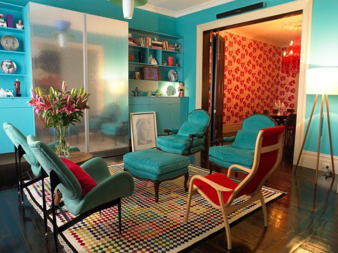 murs et chaises turquoise