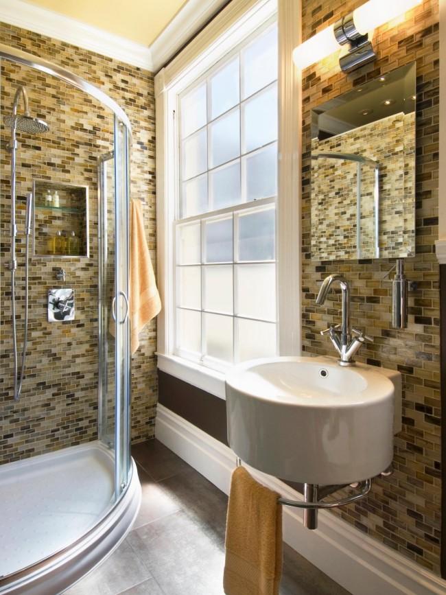 Même une petite salle de bain peut être belle et confortable.