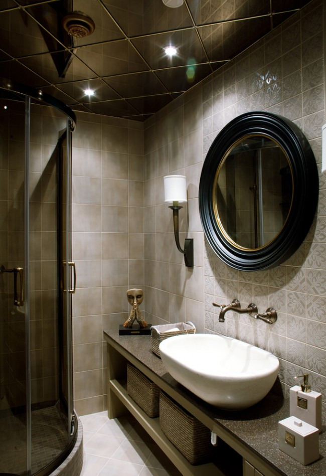 Des carreaux de miroir au plafond contribueront à rendre la pièce visuellement plus grande.