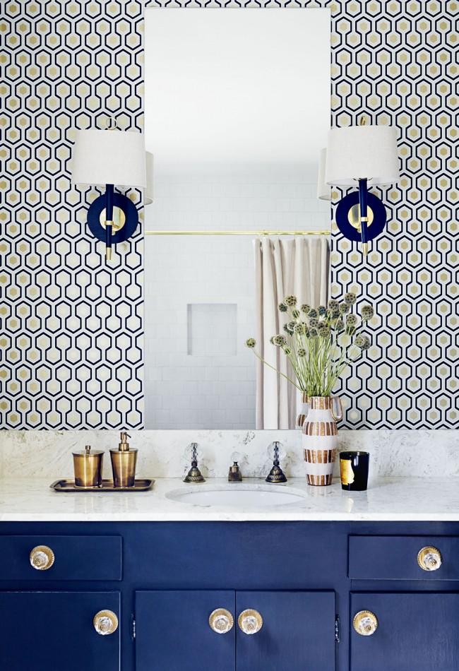 Utilisation réussie de luminaires symétriques dans la zone de travail de la salle de bain