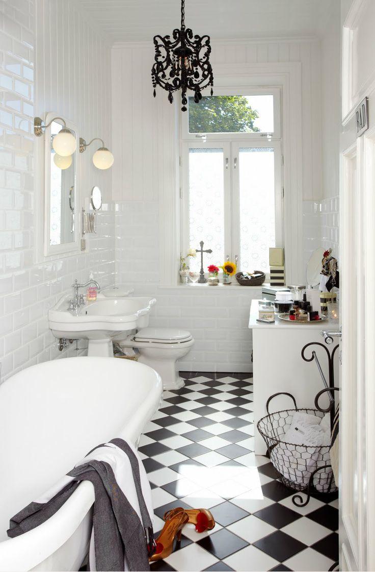 Lustre noir exquis dans la salle de bain