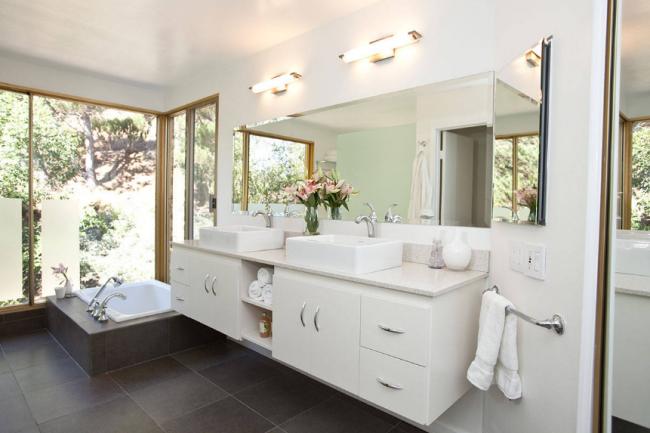 Un scénario d'éclairage équilibré dans la salle de bain garantit aux propriétaires un confort et un sentiment de confort pendant leur séjour dans la salle de bain.