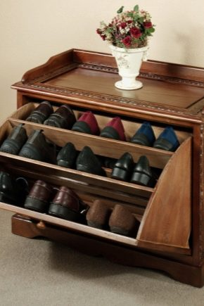 Étagères pour chaussures dans le couloir