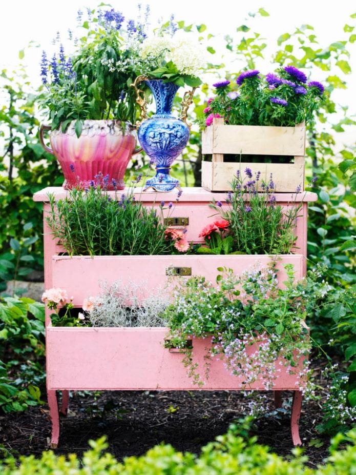 Jardin fleuri d'une commode