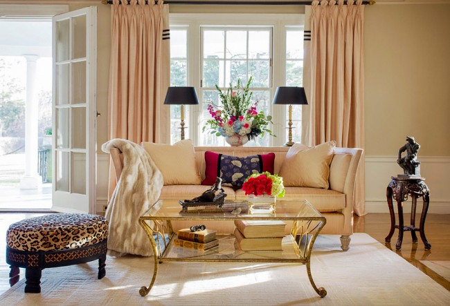 La combinaison de l'imprimé léopard et des tons beiges dans le salon, faite dans le style néoclassique