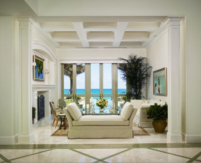 Les intérieurs néoclassiques dans les tons clairs et olive sont particulièrement nobles