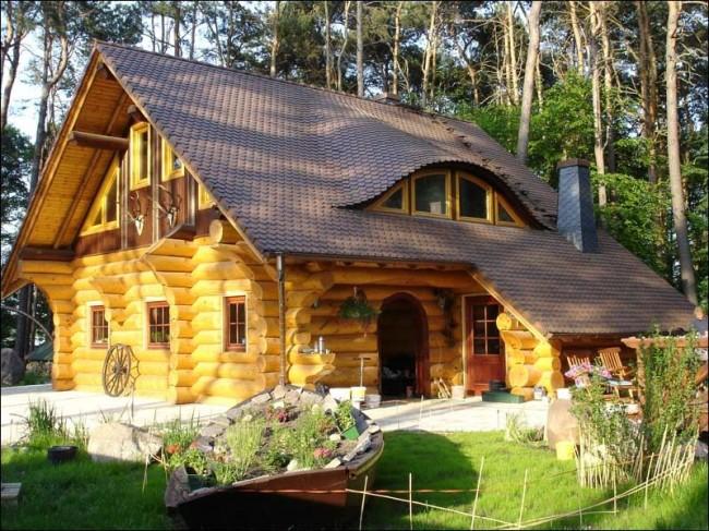 Une maison faite de rondins arrondis a un aspect esthétique et attrayant sans avoir besoin de finitions supplémentaires