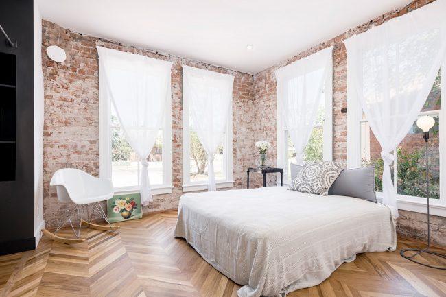 Murs de briques dans une chambre spacieuse
