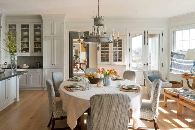 Pour une cuisine de style classique, il vaut mieux choisir une nappe en lin ou en coton