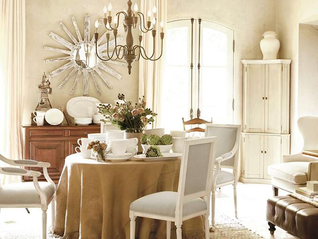 La forme ronde de la table crée une atmosphère unique de confort