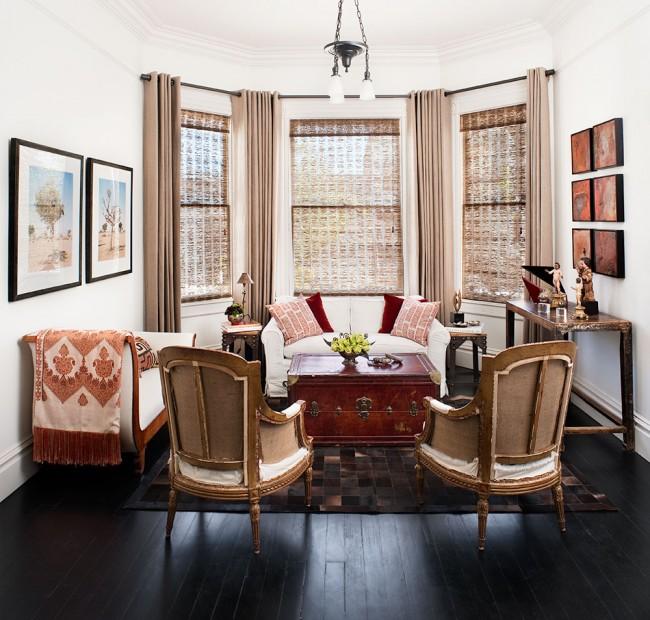 La baie vitrée créera une sorte d'espace de détente, et des rideaux aux teintes chaudes et nobles viendront compléter l'image luxueuse de ce lieu de solitude.