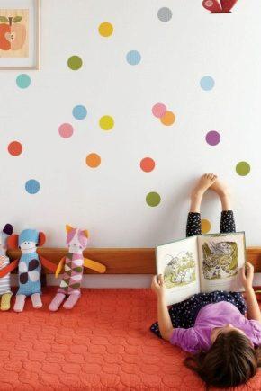Papier peint à pois pour la chambre de bébé