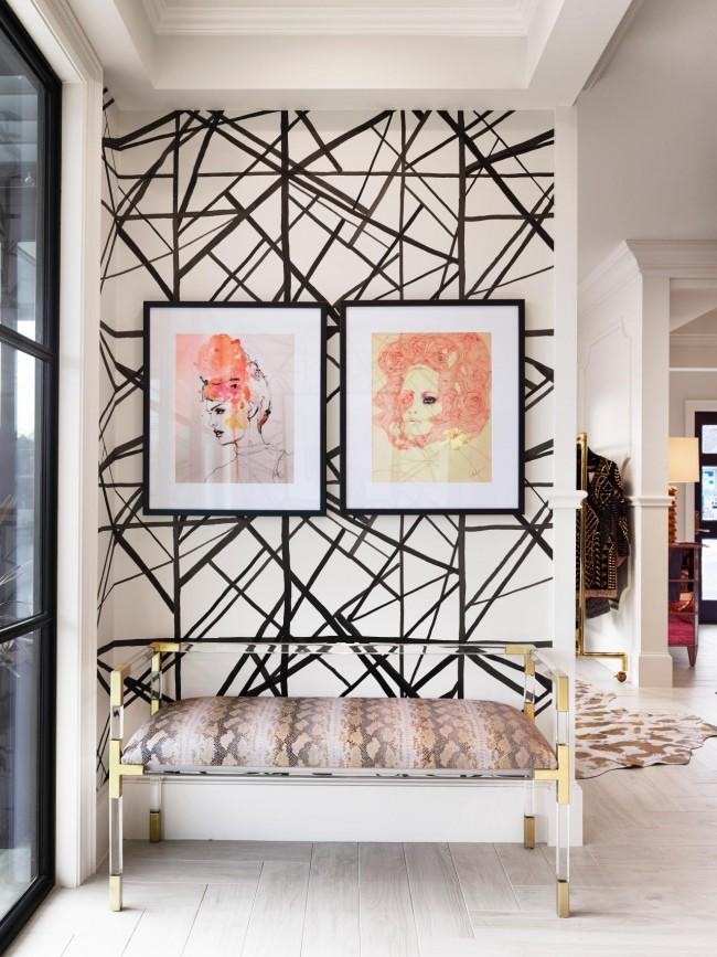Papier peint dans le couloir de l'appartement.  Intersections abstraites en noir et blanc de lignes plus couleur dorée dans les accessoires et profils féminins délicats sur les toiles - tout cela crée l'ambiance de l'art déco même dans un appartement ou une maison moderne.