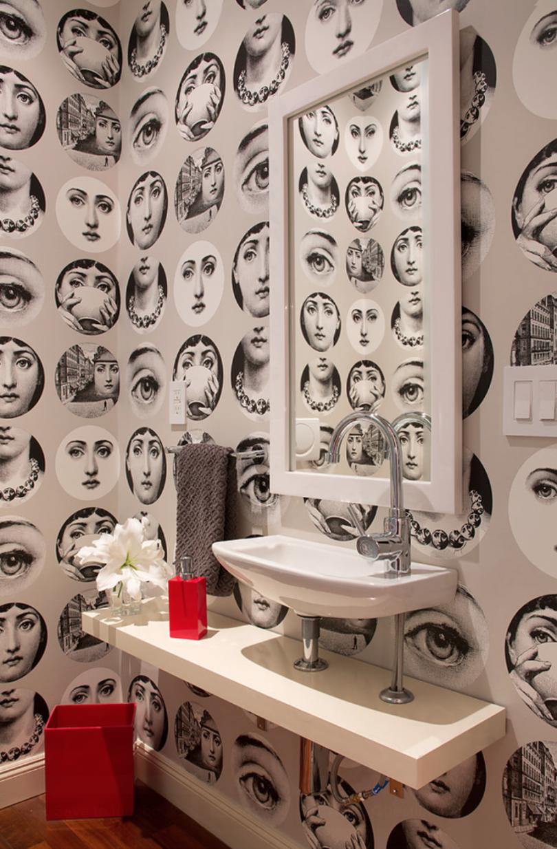 Décorer les murs de la salle de bain avec du papier peint permet d'expérimenter relativement souvent, du moins par rapport au carrelage.
