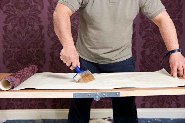 Avant de commencer le travail, il est nécessaire de lire les recommandations du fabricant indiquées sur l'emballage du rouleau, car  certains papiers peints doivent également avoir de la colle au dos
