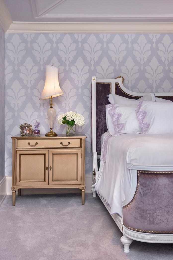 papier peint blanc et lilas dans la chambre