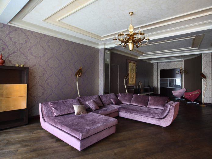salon avec canapé violet et papier peint