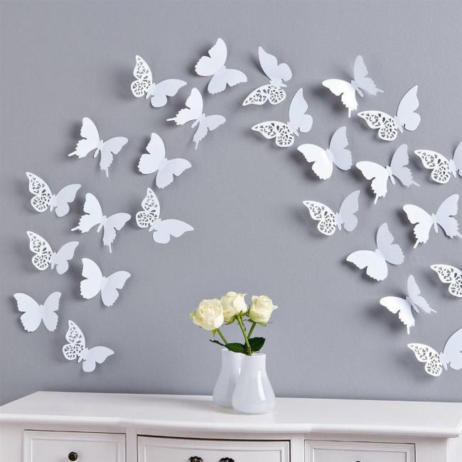 Décoration murale avec des papillons en papier blanc