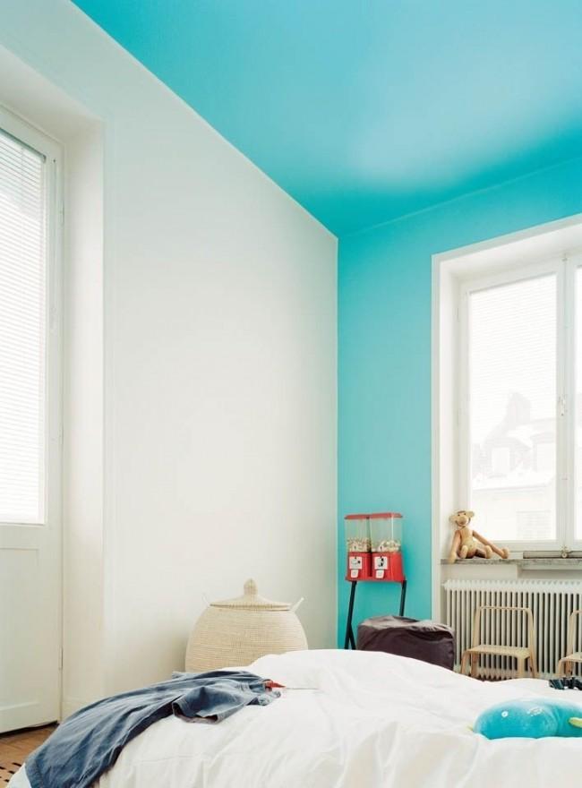 Pour peindre le plafond, des peintures à l'eau sont généralement utilisées.