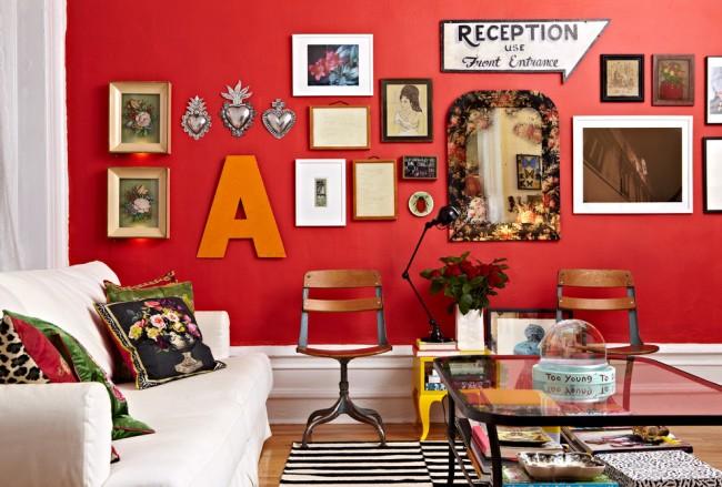 Peinture murale dans l'appartement.  La couleur rouge légèrement atténuée du mur du salon est un regain d'énergie instantané chaque jour.