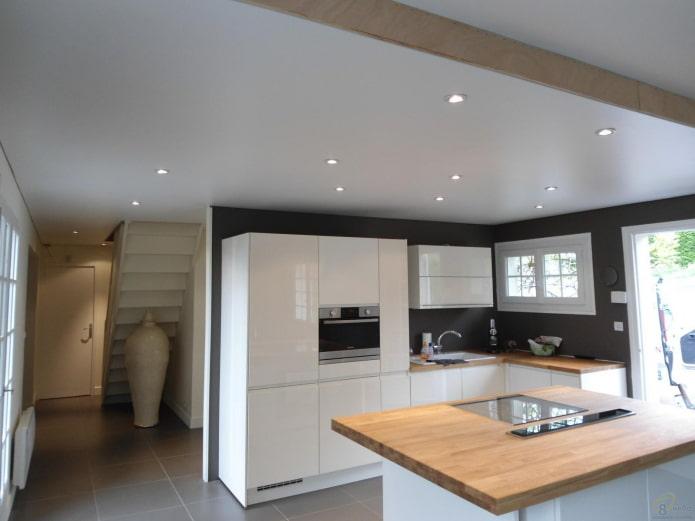 design satiné à deux niveaux dans la cuisine