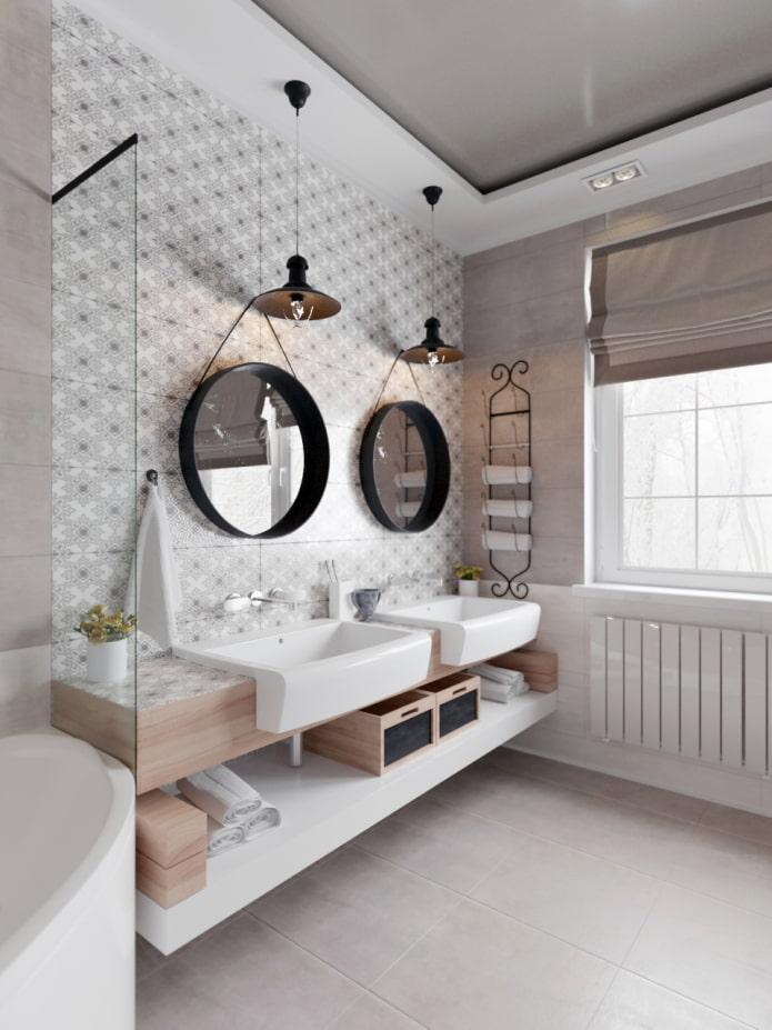 plafond à deux niveaux à l'intérieur de la salle de bain