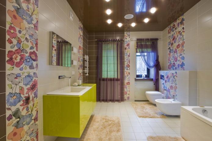 plafond tendu à l'intérieur de la salle de bain
