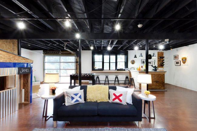 Le plafond noir de l'appartement est élégant et inhabituel
