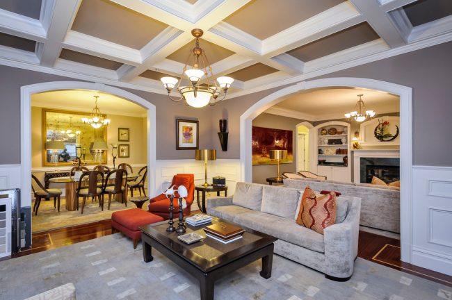 Dans un intérieur moderne, l'une des solutions les plus intéressantes est le plafond à caissons