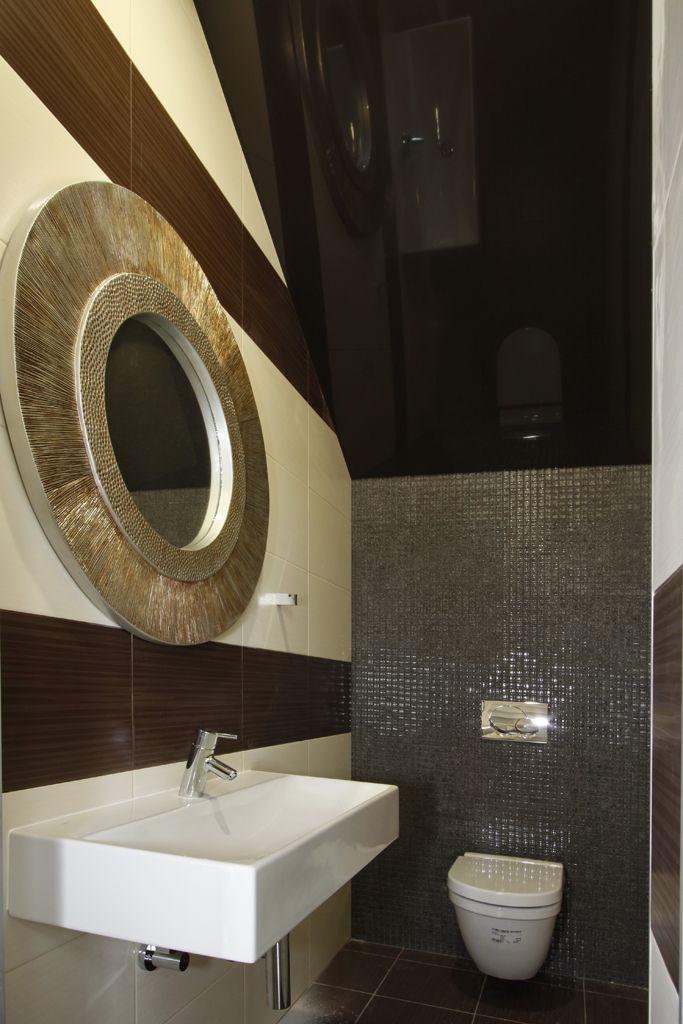 Un élément élégant de votre salle de bain est un plafond tendu, surtout lorsqu'il est fait en noir