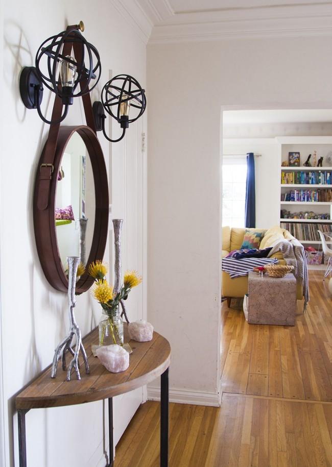 Une solution inhabituelle dans la conception de miroirs et de lampes convient bien au couloir