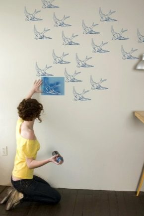Pochoirs pour murs à peindre: options originales pour la décoration intérieure