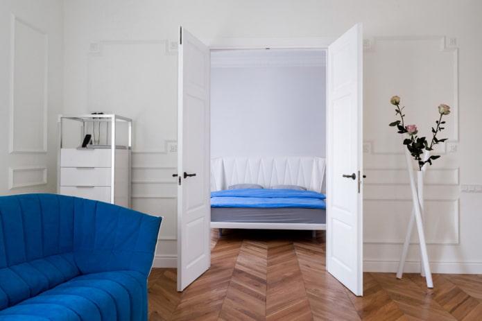 portes blanches à l'intérieur