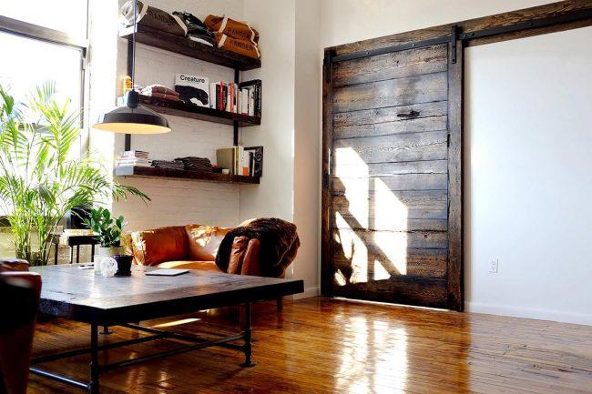 Porte coulissante en bois foncé de style loft